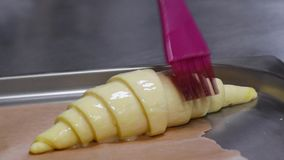 De croissants worden gebakken stock footage