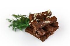 de croutons van het roggebrood met knoflook en kruiden op witte achtergrond met het knippen van weg worden geïsoleerd die stock afbeelding
