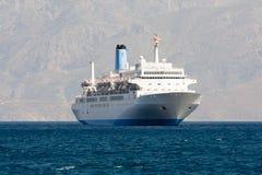 De cruise de overzeese van de toerist voering vaart in rotsachtige baai Stock Afbeeldingen