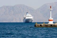 De cruise overzeese van de toerist voeringszeilen aan lichtschip in roc Stock Fotografie