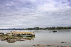 De Cruise schip en het Drijven Visserij op de Mekong Rivier in Loei in Thailand royalty-vrije stock afbeelding