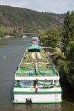De cruise verscheept dichtbij Cochem bij de rivier Moezel stock foto's