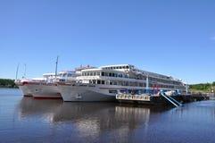 De cruise verscheept dichtbij pijler Uglich Rusland Stock Afbeeldingen