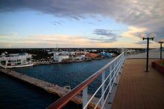 De cruise verscheept op zee Stock Fotografie