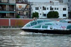 De cruiseboot van de Sumidarivier in motie Tokyo Japan Stock Foto's