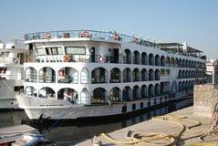 De cruiseboot van Nijl bij de kade van Luxor - Egypte stock fotografie