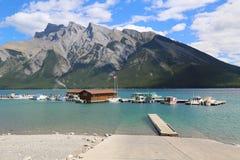 De Cruiseboten van meerminnewanka in het Nationale Park van Banff Stock Afbeeldingen