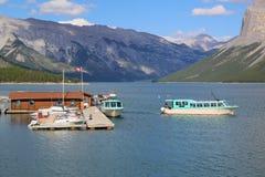 De Cruiseboten van meerminnewanka in het Nationale Park van Banff Royalty-vrije Stock Foto's