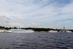 De cruiseschepen worden vastgelegd bij de Noordelijke Rivierpost bij het Khimki-Reservoir in Moskou royalty-vrije stock afbeelding