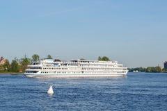 De cruiseschip dat van de rivier op de rivier Neva vaart Stock Afbeeldingen