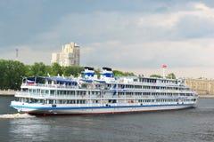 De cruiseschip dat van de rivier op de rivier Neva vaart Royalty-vrije Stock Afbeelding