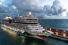 De Cruiseschip van Aida Sol AIDAsol bij de Haven van de Cruisehaven van Civitavecchia/Rome in Itali? stock foto's