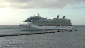 De cruiseschip van het beroemdheids'equinox' stock footage