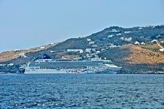 De cruiseschip van de Norvegianster dat in Mykonos wordt vastgelegd royalty-vrije stock fotografie