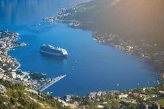De cruisevoering gaat de baai in Royalty-vrije Stock Afbeelding