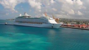 De cruisevoering komt in haven aan Bridgetown, Barbados stock video