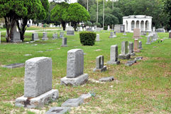 De crypten van de steen bij een begraafplaats. Royalty-vrije Stock Foto
