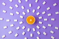 De cubes frais en sucre orange et beaucoup blanc sur le fond violet Images libres de droits