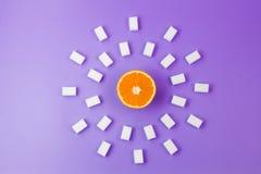 De cubes frais en sucre orange et beaucoup blanc sur le fond violet Photographie stock libre de droits