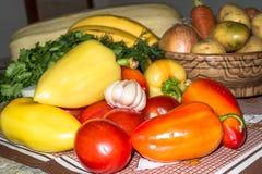 De cuisine toujours durée Légumes crus frais sur la table photos libres de droits