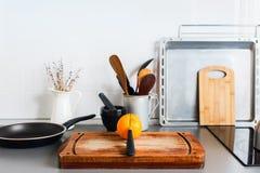 De cuisine toujours orange rustique d'articles de Tableau de plats de la vie image stock