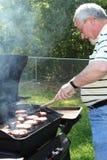 De cuisinier hamburgers à l'extérieur Photographie stock