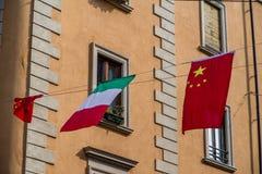 De Cultrualdiversiteit op vertoning als zowel Italiaanse als Chinese vlaggen vliegt meer dan de nieuwste in de stadssectie van Ch Stock Foto's