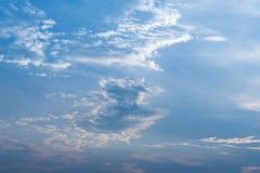 De cumulus betrekt Blauwe hemelachtergrond Stock Foto's