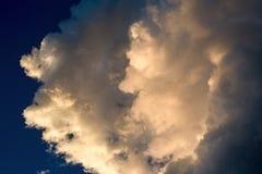 De cumuluswolken illiminated door de zonsondergang stock fotografie