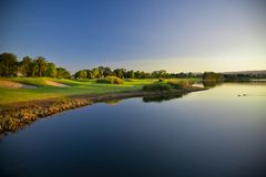 De Cursus van het golf en buggies stock foto's