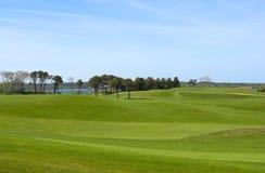 De cursus van het golf, landclub die oceaan overziet Stock Foto