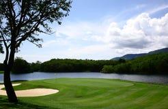 De cursus van het golf met schitterende groene en zandbunker Royalty-vrije Stock Foto