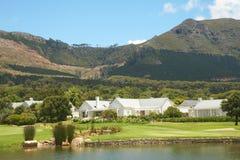 De cursuslandschap van het golf in de bergen royalty-vrije stock afbeelding