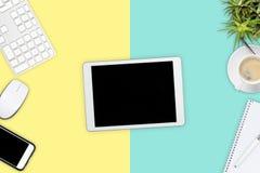 De cyaan blauwe en gele pastelkleur gekleurde mening van de bureaudesktop met van royalty-vrije stock afbeelding