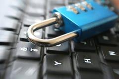 De Cyberveiligheid met Blauw AantalCombinatieslot met Gezoem barstte hoog - kwaliteit stock afbeeldingen