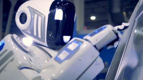 De Cyborgtypes op een monitor van een machine, sluiten omhoog