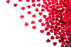 De dag decoratieve grens van Valentine ` s van rode die hartenconfettien op witte achtergrond wordt geïsoleerd royalty-vrije stock fotografie