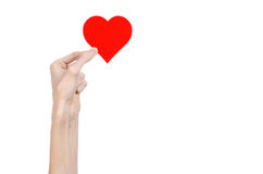 De Dag en de liefde van Valentine als thema hebben: hand die een rood die hart houden op een witte achtergrond wordt geïsoleerd Royalty-vrije Stock Afbeelding