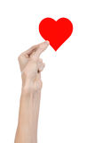 De Dag en de liefde van Valentine als thema hebben: hand die een rood die hart houden op een witte achtergrond wordt geïsoleerd Stock Fotografie