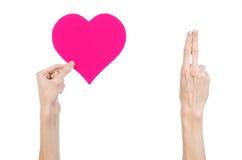 De Dag en de liefde van Valentine als thema hebben: hand die een roze die hart houden op een witte achtergrond wordt geïsoleerd Stock Foto's