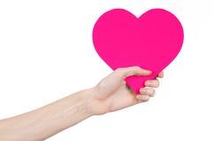 De Dag en de liefde van Valentine als thema hebben: hand die een roze die hart houden op een witte achtergrond wordt geïsoleerd Stock Foto