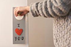 De dag het mooie bericht van Valentine hangen op een deur Stock Foto
