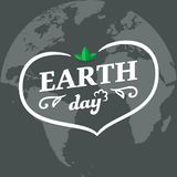 De Dag typografisch kenteken van de moederaarde met hartsilhouet en groene bladeren op de vlakke Aardeplaneet Het minimale concep Vector Illustratie