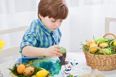 De dag vóór Pasen, mooie kind het schilderen eieren voor Pasen stock afbeeldingen