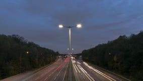 De dag van de autosnelwegweg aan nachttijdspanne stock videobeelden