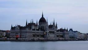 De dag van Boedapest aan nachttijdspanne bij het Hongaarse Parlement stock video