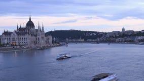 De dag van Boedapest aan nachttijdspanne van het Hongaarse Parlement en chaing brug stock footage