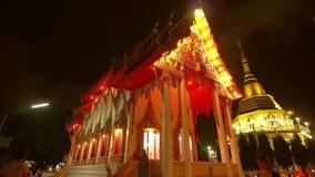 De dag van Boedha in boeddhistische tempel De mensen brengen kaarsen, bloemen en wierookstokken Wat Nakha Ram, Phuket, Thailand 4 stock video