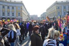 De dag van de Dwaas van april: de mensen hebben binnen de stad in pret Stock Fotografie