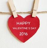 De dag van de gelukkige valentijnskaart bij het rode de vorm van het stoffenhart hangen op doek royalty-vrije stock fotografie